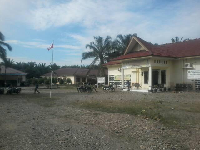 Kantor Badan Kepegawaian dan Pengembangan SDM Padang Lawas Kibarkan Bendera Terbalik