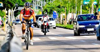 Imagem de ciclista andando nas ruas