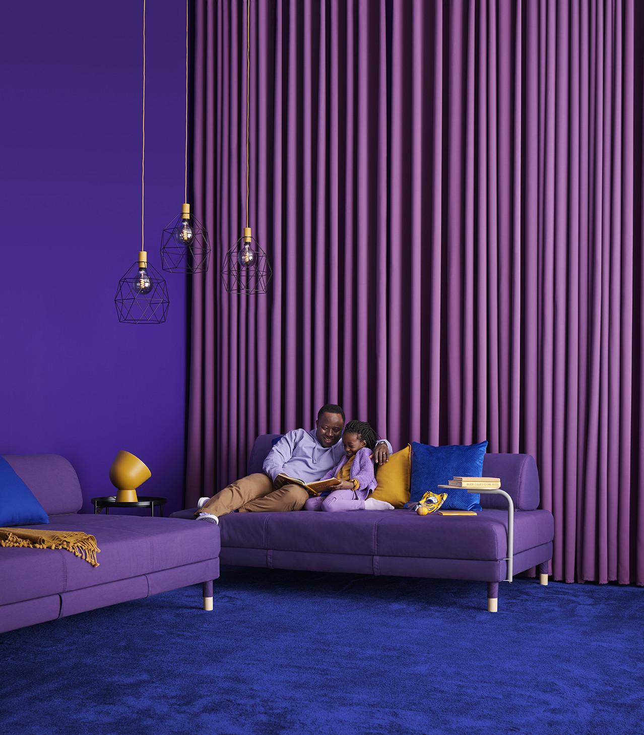 novedad catálogo ikea 2020 salón sofá cama con mesa auxiliar púrpura