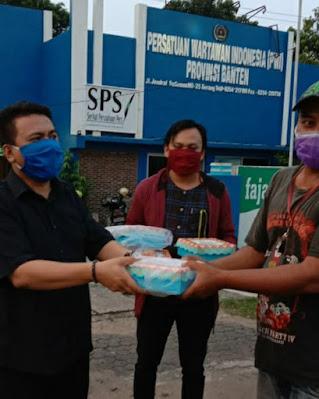 PWI Banten Bersama PUB Berbagi Paket Dan Takjil >> https://www.onlinepantura.com/2020/05/pwi-banten-bersama-pub-berbagi-paket.html