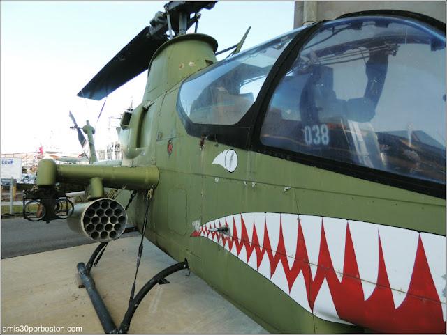Helicóptero de ataque Cobra en el Battleship Cove