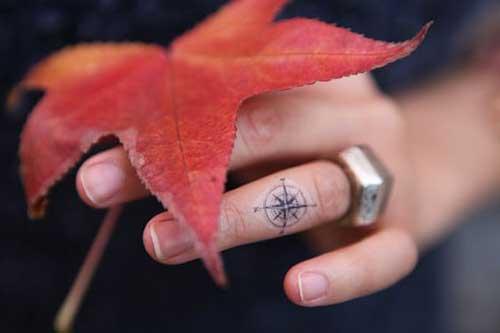 finger compass tattoo parmak pusula dövmesi