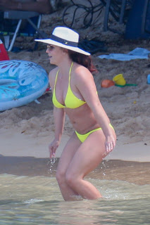 Britney-Spears-rocks-an-itty-bitty-yellow-bikini-at-the-beach-in-Hawaii.-x7dxipdpg7.jpg