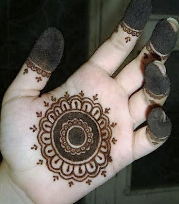 Single line floral simple mehndi designs for front hand  for kids
