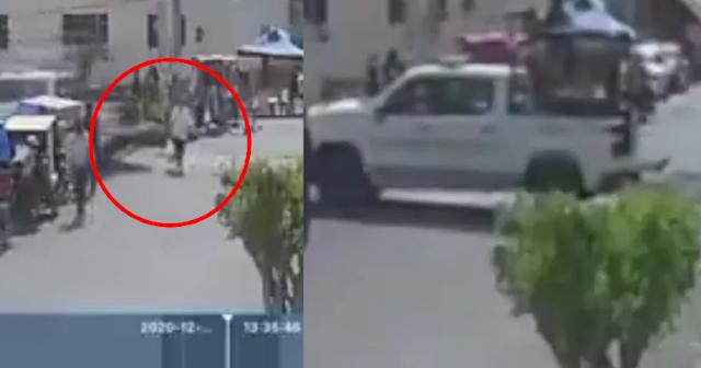 Video.- Camioneta de La Guardia Nacional atropella a viejita tras reversazo, se echa para delante y la vuelve atropellar