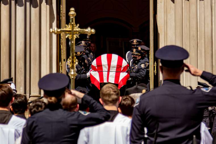 Polisi Penghalang Pembataian Massal di AS Dimakamkan Sebagai Pahlawan