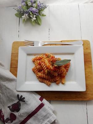 Fusilli in caponata-pasta-primo piatto-ricetta pasta economica