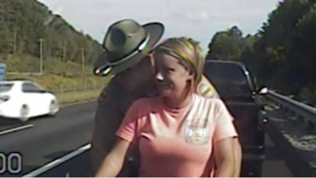 VIDEO; Policía detiene a conductora y la revisó tocando sus genitales y su trasero