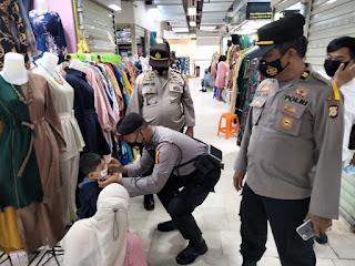 Demi Cegah Penyebaran Covid 19 Pada Masyarakat, Polres Pelabuhan Makassar Rutin Bagikan Masker
