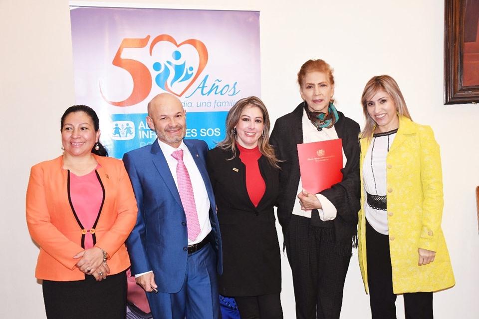 La diputada Ginna Torrez junto a los directivos de Aldeas SOS el jueves  / POR TARIJA