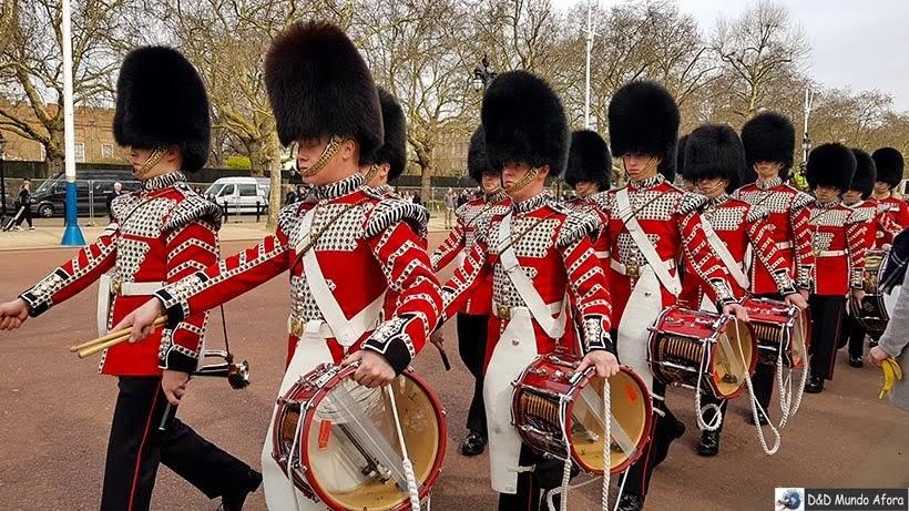 Guardas reais durante cerimônia da troca de guarda de Londres
