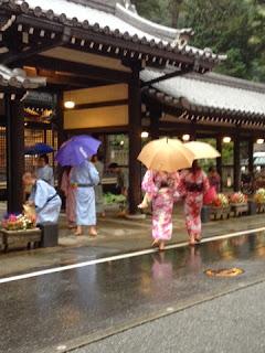 i passanti nei loro coloratissimi yukata per le vie di Kinosaki