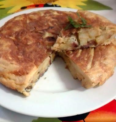Tortilla de patatas con cebolla y chorizo