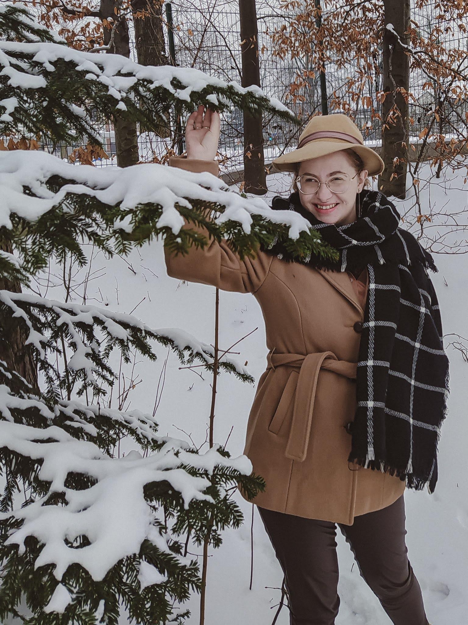 Krótki camelowy płaszcz - jak nosić?