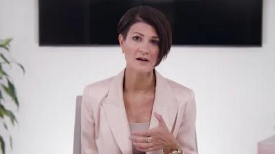 Sarah Davis, CEO al Ravi Zacharias International Ministries și fiica cea mai mare a regretatului apologet, vorbește în timpul unui mesaj video transmis la 26 mai 2021.   Captură de ecran: Ravi Zacharias Ministries International - preluare din ChristianPost.com