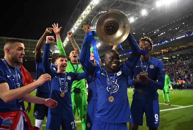 كانتى يرفع كأس دورى أبطال أوروبا 2021