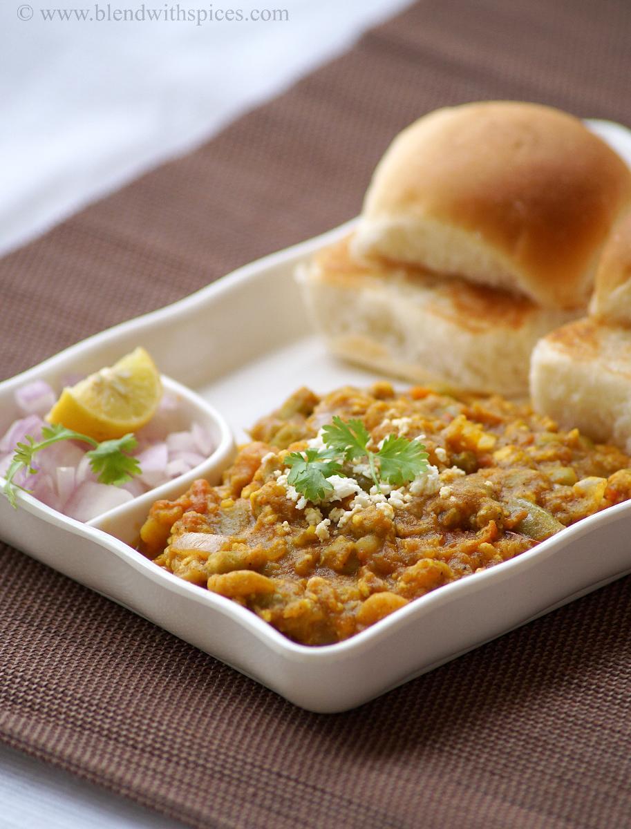 a plate a paneer pav bhaji served with buns