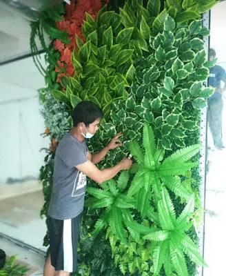 Pembuatan Taman Vertikal Sintetis - SuryaTaman