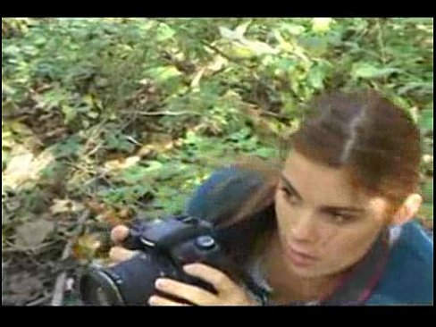 Fotografa gatinha e abusada na floresta enquanto tirava fotos