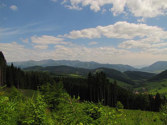 Widok w kierunku Małej Fatry ze stoków wzniesienia Kučerovka.