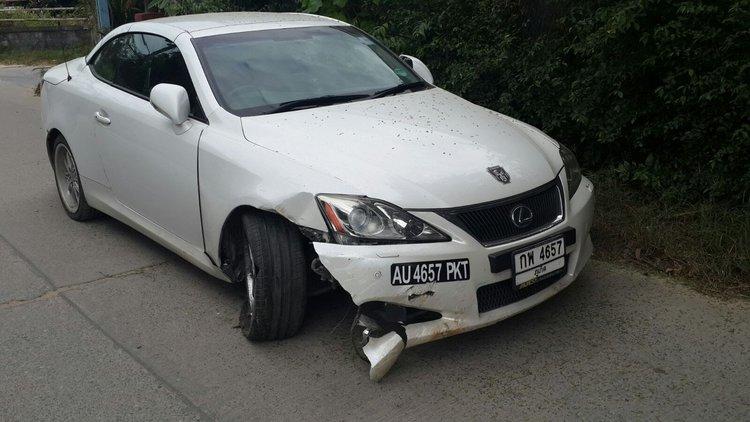 Белый кабриолет с разбитым бампером