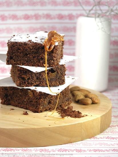 ciasto czekoladowo-krówkowe z migdałami