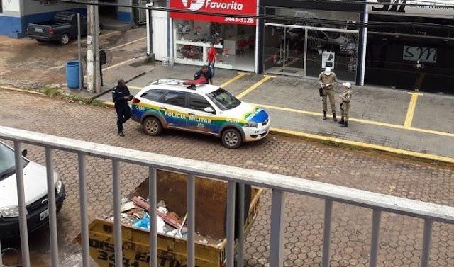 Viatura da PM estacionada em local proibido é multada por agentes de trânsito em Cacoal