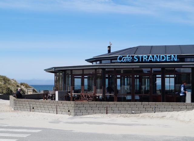 Aus unserem Dänemark-Urlaub: Wunderschöne Ausflugsziele rund um Houstrup. Teil 1: Strände, Häfen und einzigartige Natur. Hier: Henne Strand. Café Stranden.