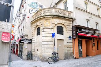 Paris : Fontaine du Pot-de-Fer, ancien point d'eau pittoresque à l'angle de la rue Mouffetard et de la rue du Pot-de-Fer - Vème