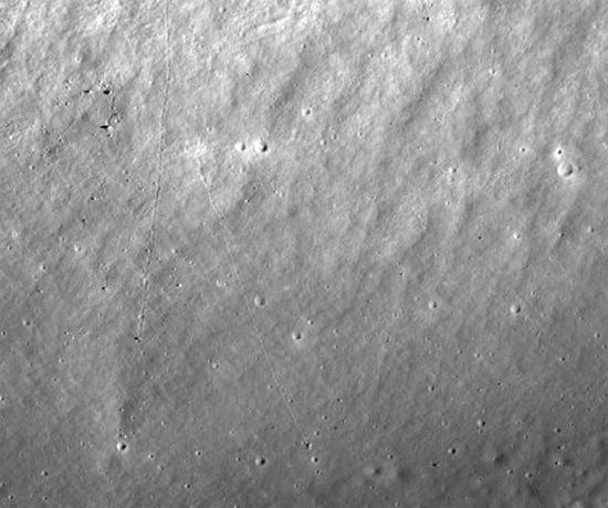Rastros de rochas que deslizaram na Lua