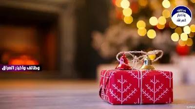 اقتربت 2020 على النهاية، وبدأت استعدادات الاحتفال بليلة رأس السنة، إذ يعتاد كثير من الناس على تبادل الهدايا والتهاني بتلك المناسبة، لكن نداءات طبية عديدة خرجت، لتحذر من تلك الطقوس، في ظل وباء كورونا، إذ من المحتمل أن تحمل تلك الهدايا الفيروس المستجد، الذي تشير الأبحاث إلى أنه يعيش على أسطح الورق المقوى لمدة 24 ساعة.  وقالت أولجا نيناستينا، الطبيبة الروسية المتخصصة في الوبائيات، لوكالة «نوفوستي» الروسية، إن فيروس كورونا يمكن أن يعيش أيضا، على سطح مادتي البلاستيك والفولاذ غير القابلين للتآكل، مدة تصل إلى 3 أيام.ونبهت الطبيبة الروسية، بضرورة أن تتم عملية تغليف الهدايا بالقفازات والكمامات الواقية، كما أكدت أن كورونا يمكن أن يعيش على الأوراق النقدية أيضا، فكل فيروس عمليا يمكن أن يحتوي على كائنات مجهرية، قد تسبب ظهور عدوى «كوفيد 19».  وقال الدكتور فلاديسلاف جيمتشوجوف طبيب المناعة، إن هدايا رأس السنة، يجب أن يتم تطهيرها بمحلول معقم أو أي مادة معقمة أخرى، أما الفواكه والخضروات فيجب غسلها جيدا قبل تناولها.  ووفقا لدراسة أعدتها هيئة البحوث الأسترالية، ونشرتها صحيفة «سيدني مورنينج هيرالد» الأسترالية، كشفت أنّ فيروس كورونا يمكن أن يبقى لمدة تصل إلى 28 يومًا على الأسطح.