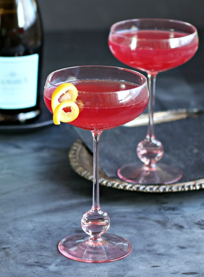 Recipe for a vodka and Prosecco cocktail flavored with cherry preserves, vanilla and lemon.