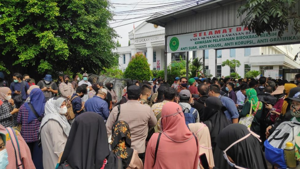 Diminta Tak Berkerumun, Simpatisan Habib Rizieq Membalas: Polisi Juga Jaga Jarak Dong!