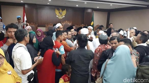 Vonis Bebas Disambut Alfian Tanjung dengan Tangis-Peluk Keluarga
