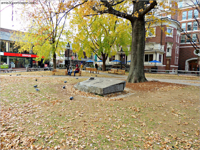 Plaza del Restaurante Grendel's Den en Harvard Square, Cambridge