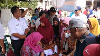 Hari Jadi BUMN, Warga Sekitar Rel Arjawinangun Kebagian Sembako Murah Dari KAI Daop 3 Cirebon