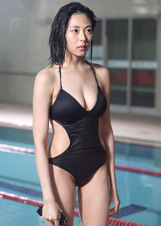 Choo Soo Hyun / Chu Su Hyeon (추수현) in the 18th episode of 'Gab Dong' (갑동이), wearing a black swimsuit instead of her usual police uniform with glasses.