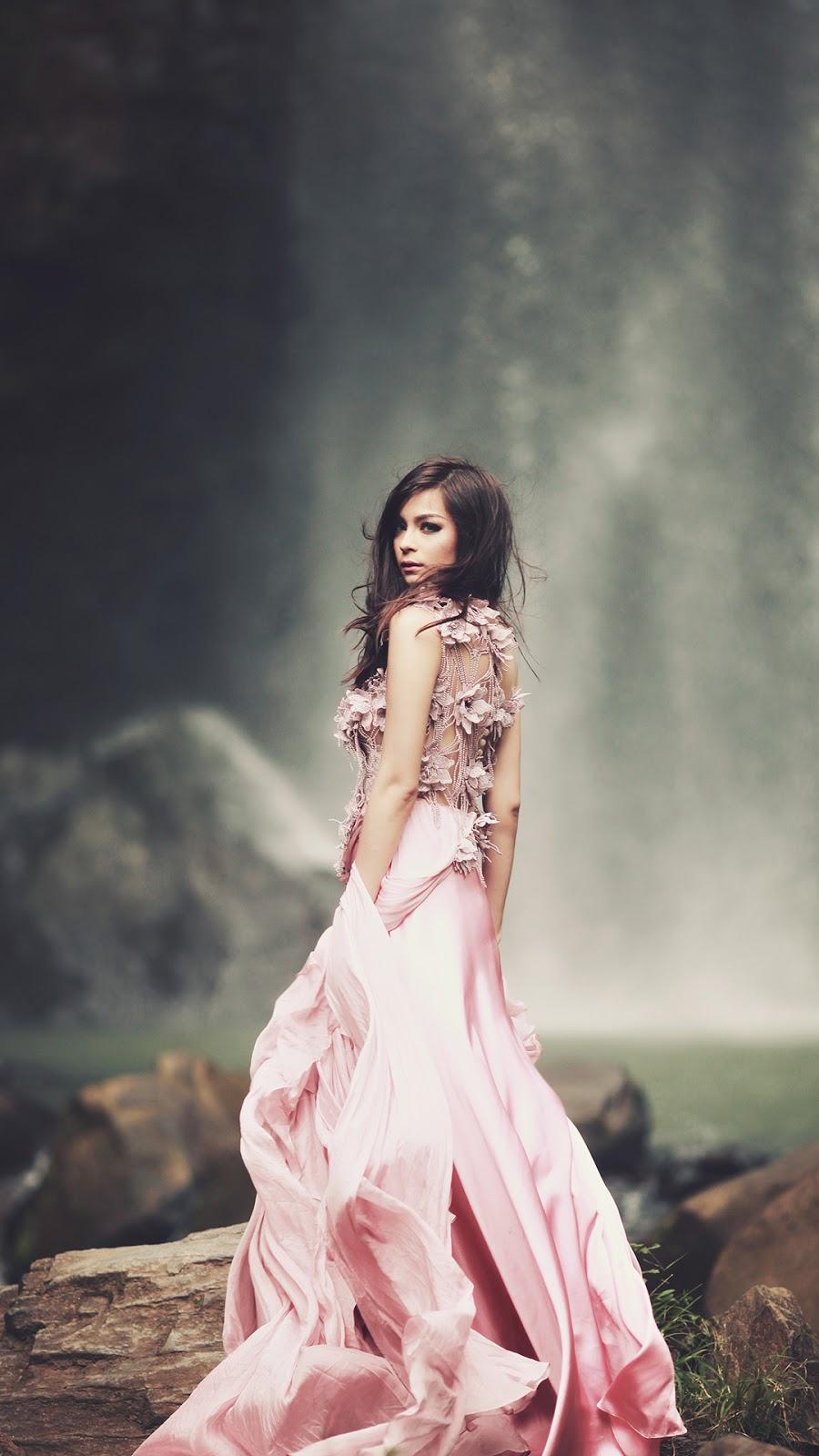 Wallpaper HD Presenter Seksi Sandra Olga gaun mewah dan klasik