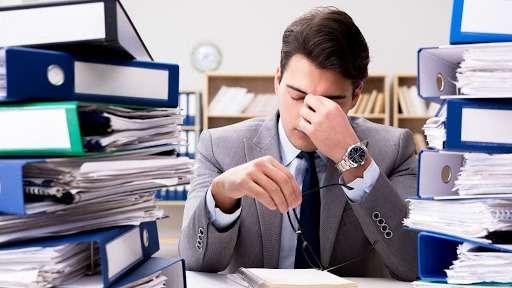 Estrés laboral, igual de dañino que el humo del cigarro