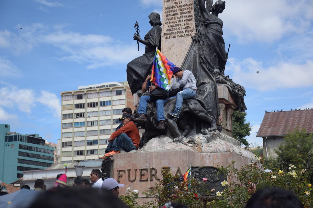 Militantes del MAS montados en el monumento de Plaza Murillo / RODRIGO SALAZAR
