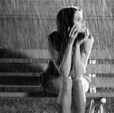 """Mujer bajo la lluvia"""