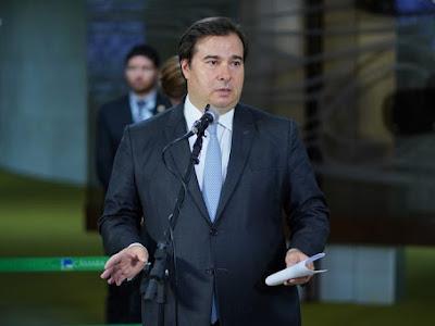 Maia critica pronunciamento de Bolsonaro e pede sensatez, equilíbrio e união.