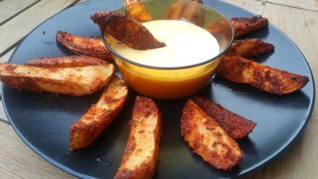 Un rico aperitivo de patatas de luxe con una salsa de queso