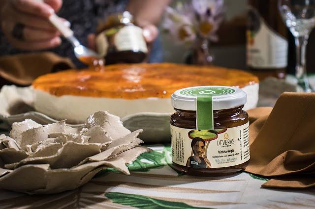 Geleia de Vitória-régia sendo utilizada como cobertura de cheesecake