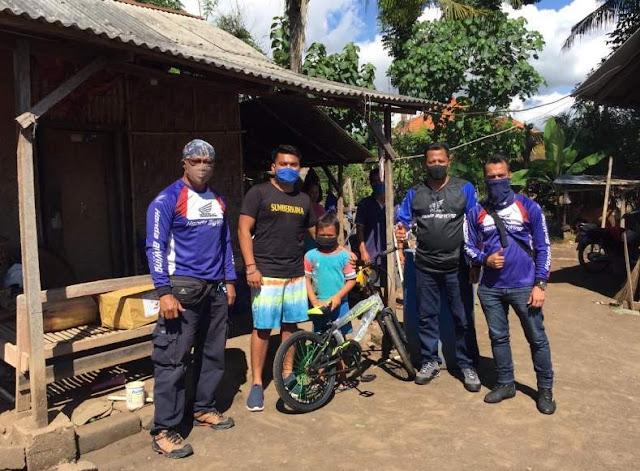 Penyerahan Bantuan Sepeda ke Anak Yang beruntung HOBI Chapter Bali