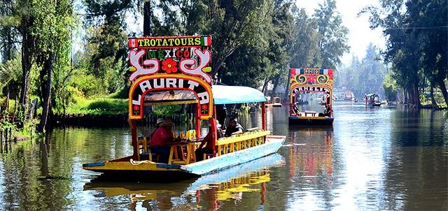 """Xochimilco, que en náhuatl significa """"Campo de Flores"""", se distingue por una serie de canales pluviales que existen desde la época prehispánica, cuando el Valle de México estaba conformado por lagos y lagunas casi en su totalidad."""