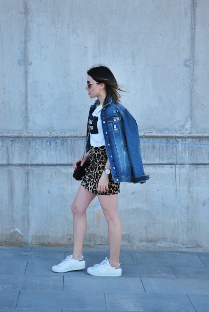 leo-skirt-oversized-denim-jacket-and-sneakers