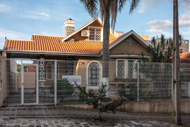 Casa na Rua Paula Gomes com ornamento de ferro