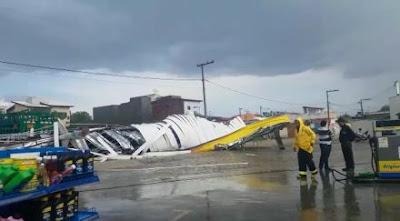 Um temporal com fortes ventos atingiu a cidade de Jequié, Sudoeste Baiano, e destruiu a estrutura de um posto de combustíveis, inundou ruas e derrubou ao menos 20 árvores, neste sábado (8).