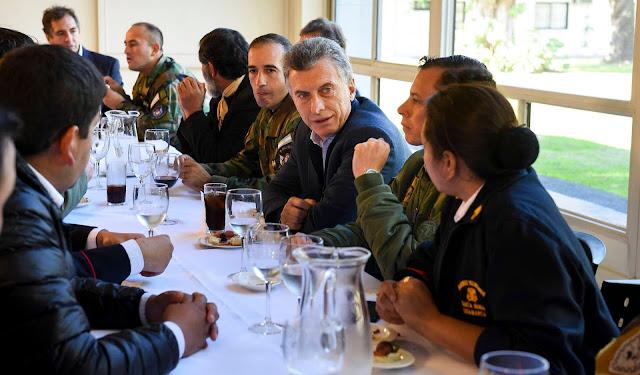 Macri agasajó a los brigadistas que rescataron a los funcionarios varados en la alta montaña